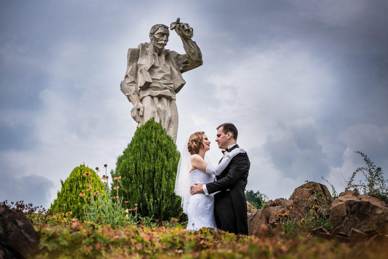 След сватбена фото сесия, младоженци, дядо йоцо гледа, професионален фотограф